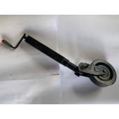 Servotimone con ribaltamento manuale e bloccaggio ruota a spina. Tubo esterno: ø 60 mm, altezza 840 mm. Allungamento vite 220 mm. Carico verticale 800 Kg